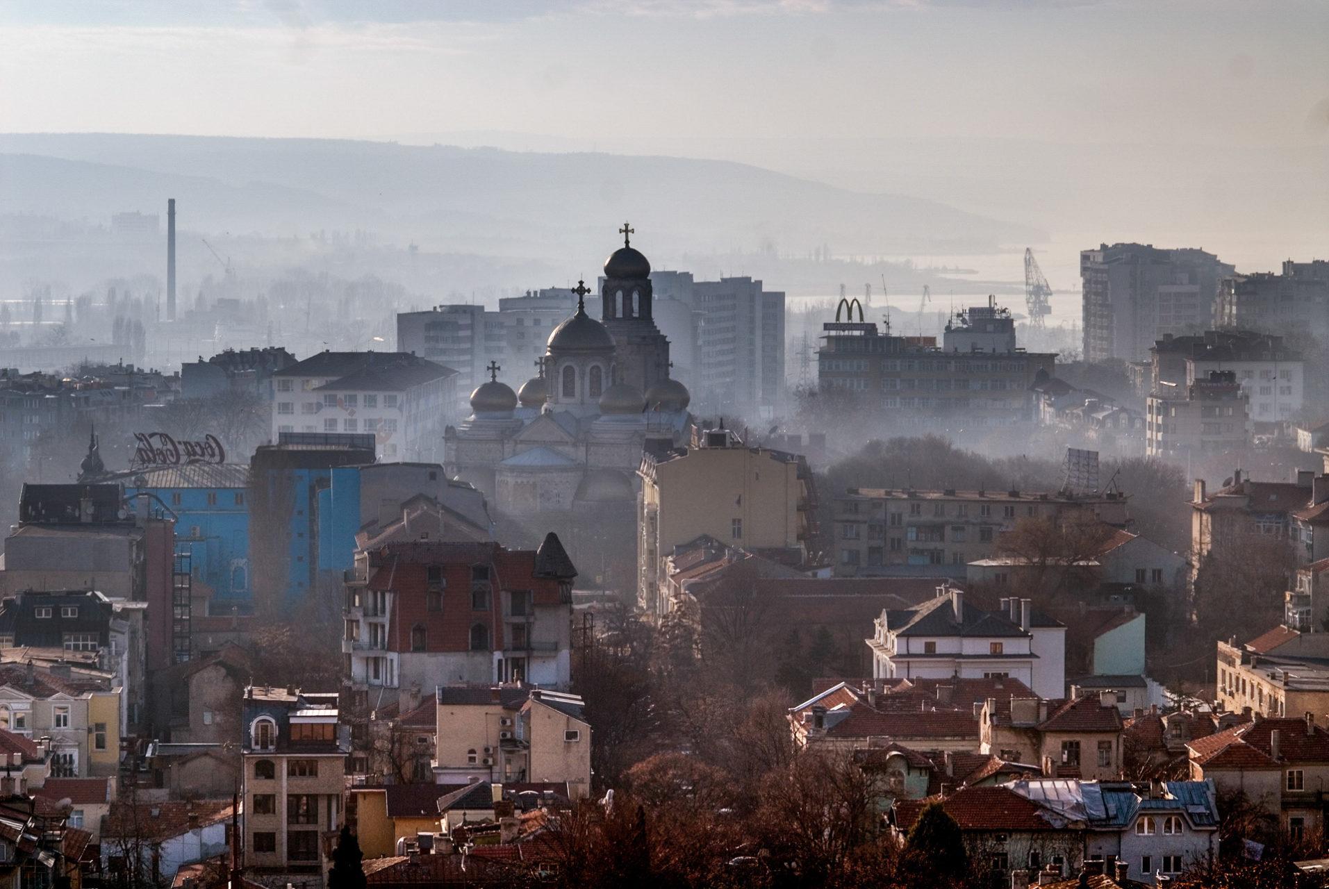 Uitzicht over Varna met MacDonalds, Bulgarije 2007.