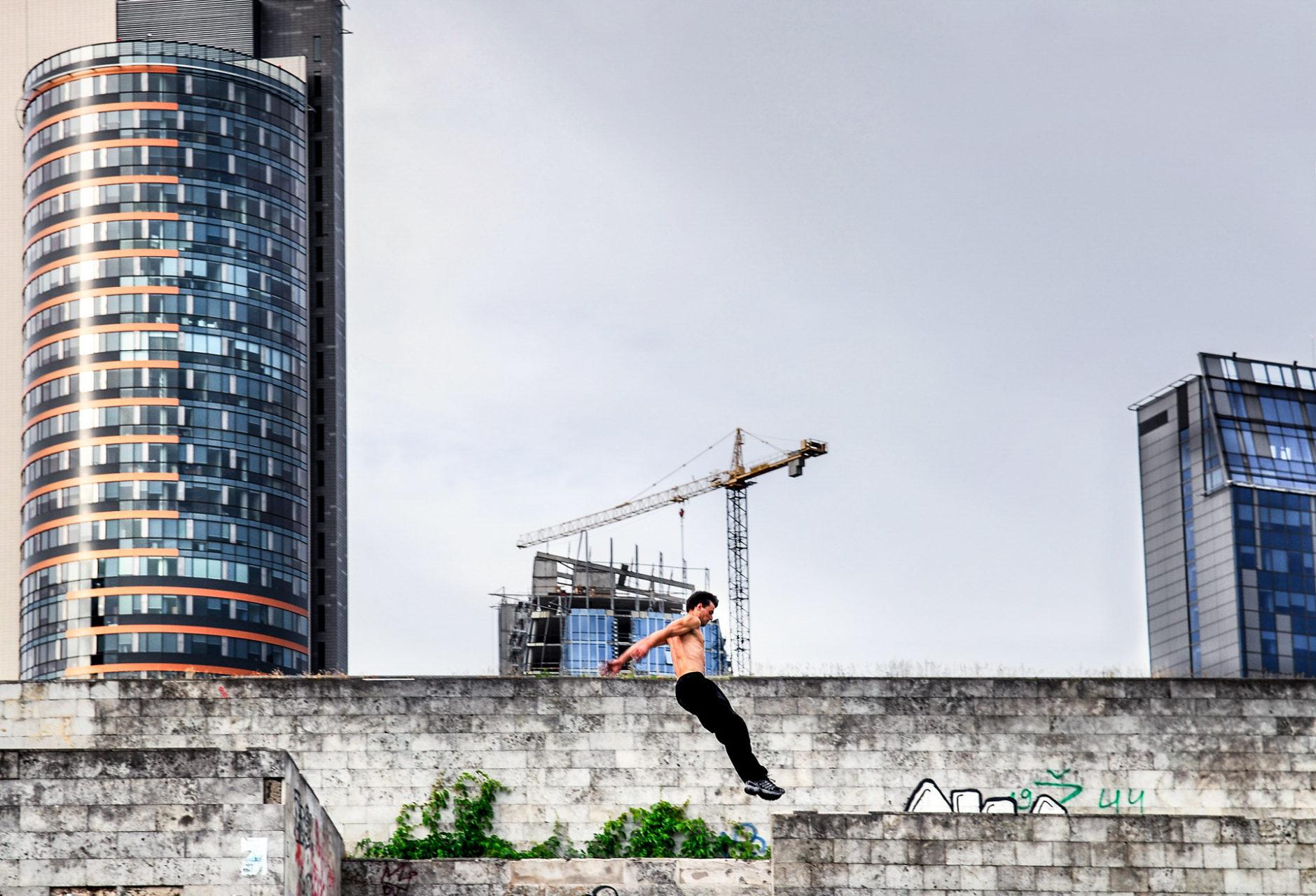 Urban runner tegen de Skyline van Vilnius, Litouwen 2007.