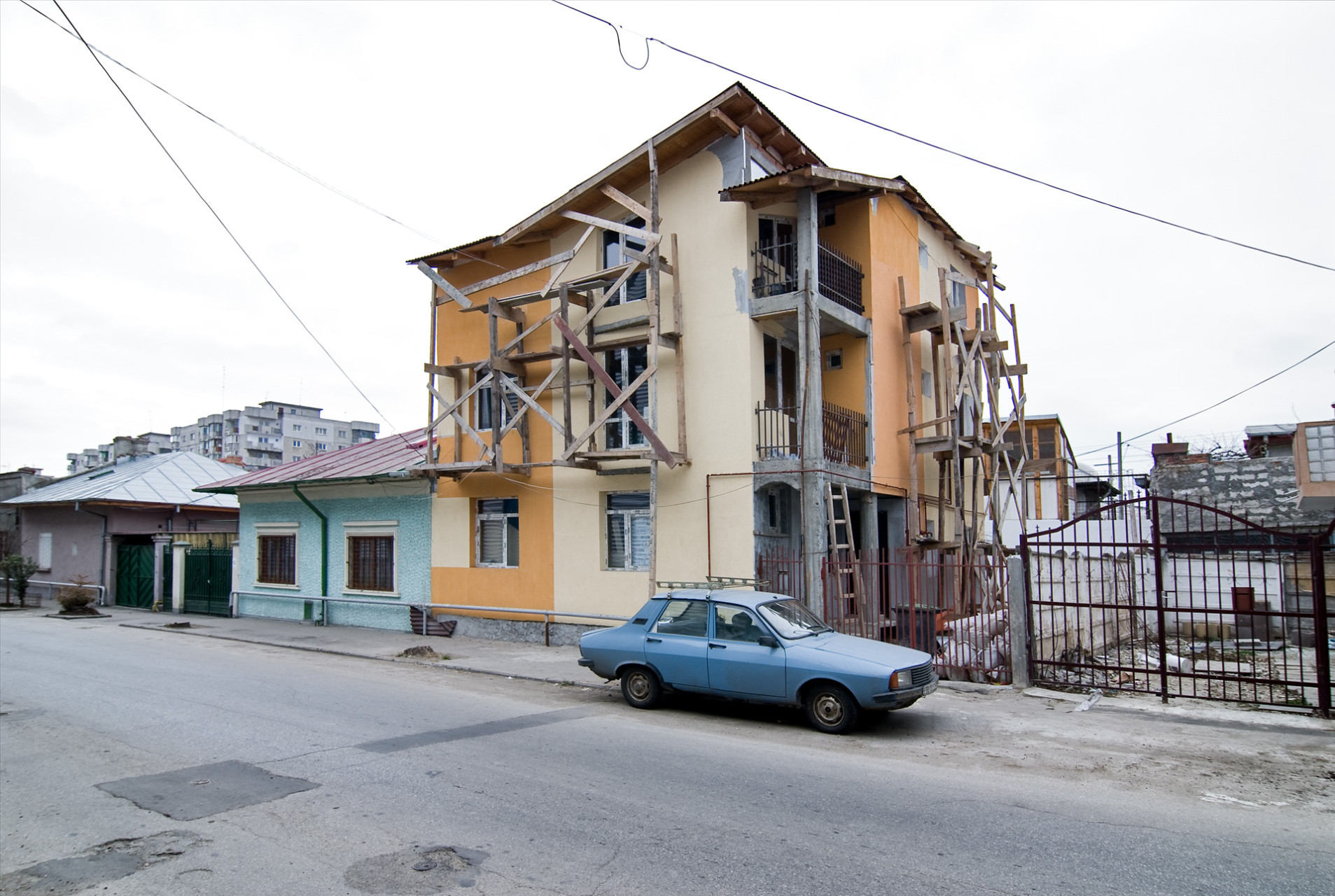 Rumania, bucarest 2007. Ion Nutu. Dacia in front of new building