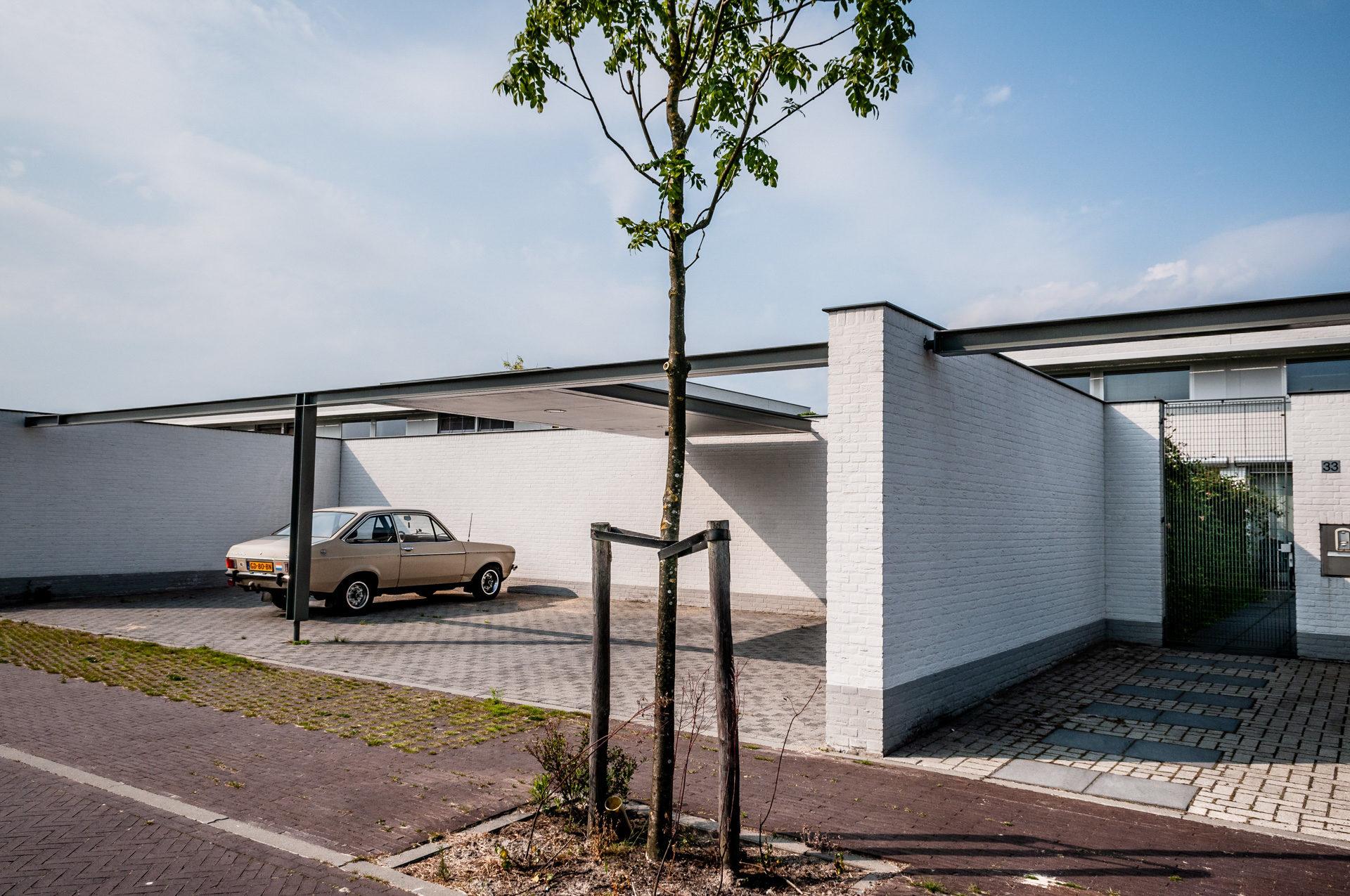 Carport bij patiowoningen, Witbrand Oost, Tilburg. Uit het Zakboek Parkeren voor de woonomgeving (Bna, 2010).